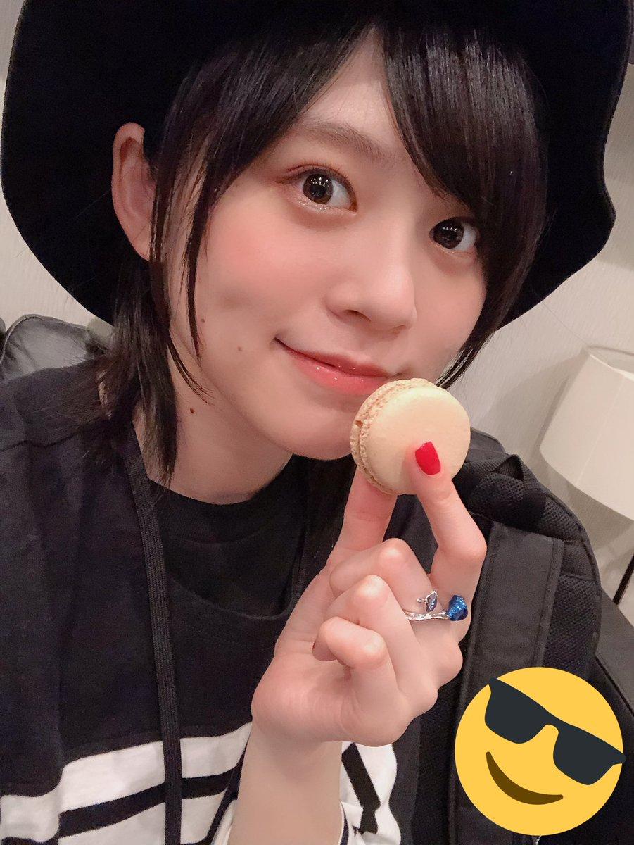 上松さんから頂いたマカロンめちゃくちゃ美味しくて、唇に付いてるの知らずにおすまし自撮りしてました笑明日は、めぐちぃとトークイベントです٩( ᐖ )۶めちゃくちゃ楽しみーー!では、おやすみなさい😌💤🌙