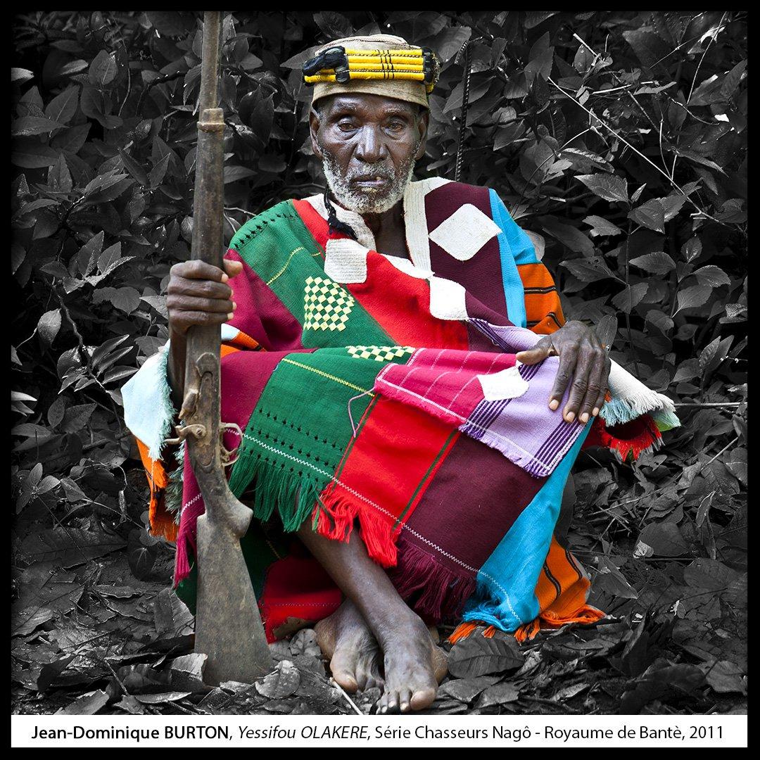 Focus sur #JeanDominiqueBurton pour #PhotoMW #MuseumWeek Les #chasseurs Nagô du Royaume de #Banté forment une confrérie fondée au XIVe siècle. Ne pratiquant plus la chasse, ils se sont engagés dans la défense de la forêt et la protection de leur culture #FondationZinsou #team229