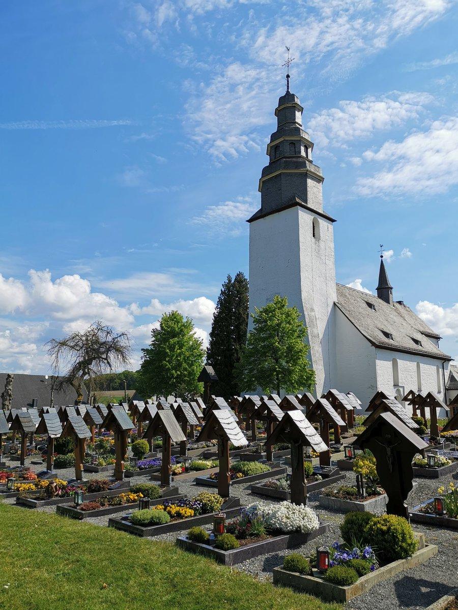 Friedhof und Kirche in Wormbach von außen