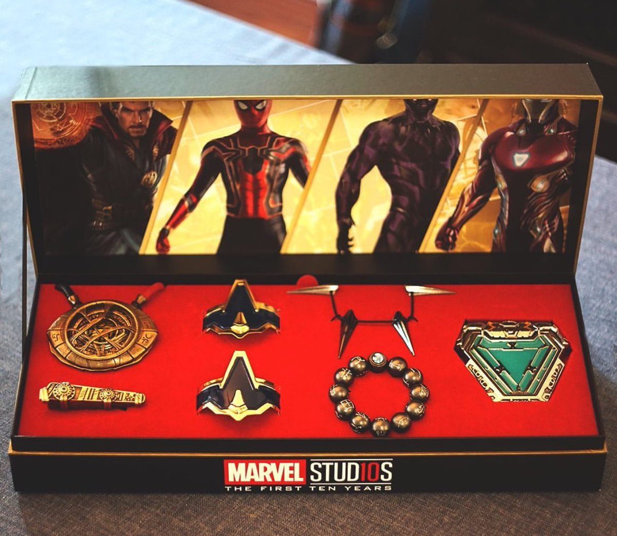 #MarvelStudios  10 year power pack comes equipped w/ #DrStrange &#39;s Eye of Agamotto Necklace and Sling Ring, Iron #SpiderMan 's Web Slingers Cuff Bracelets, #BlackPanther &#39;s Necklace and Kimoyo Bead Bracelet, and #IronMan &#39;s Arc Reactor Pin.  [@GameSpot |  https:// tinyurl.com/y59nz9bu  &nbsp;  ]<br>http://pic.twitter.com/whrWWCOe7y