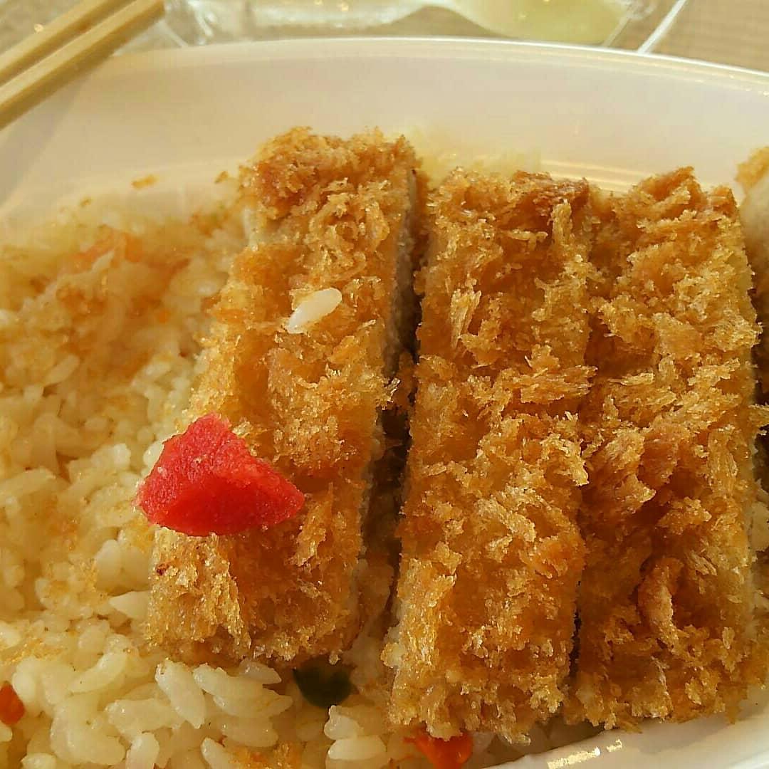 #競馬場グルメ と聞いて思い出すのは札幌競馬場で食べたこの二品。  画像1:松本商店のピラフ(トンカツ載せ) 画像2:カレーショップスターのカツカレー  どちらもボリュームたっぷりで美味!あとは札幌開催の時だけ食べれる名代牛めしの牛めしも美味! また食べに行くぞ!