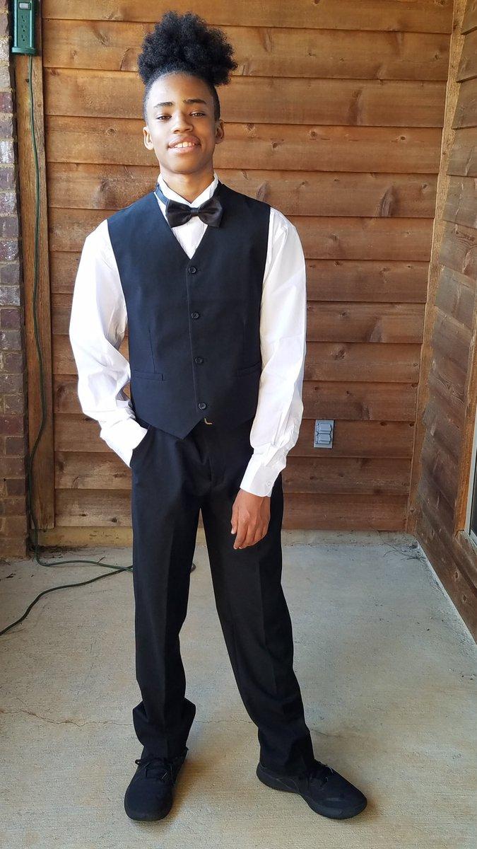 Handsome young man!pic.twitter.com/0vnvgzLfP8