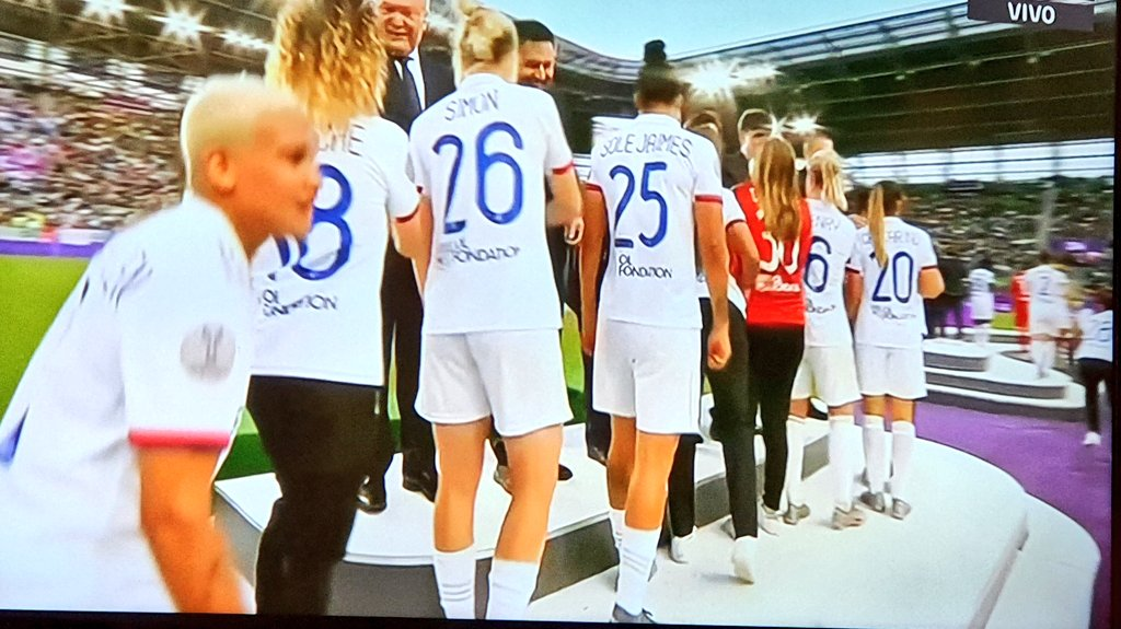 Jugó al fútbol descalza en su Nogoyá querido. Seis hermanos varones que la ayudaron a cumplir su sueño. Hoy, en el Lyon de Francia se convierte en la primera jugadora Argentina en ganar una Champions Femenina. Así llega al mundial nuestra 9 ❤🙌🇦🇷