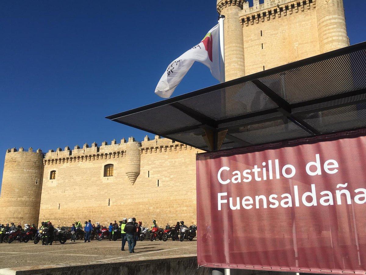 Hoy el #Castillo de #Fuensaldaña escenario de la vuelta a #Valladolid 2019 en moto que organiza @laleyendamotos con el apoyo de @Dip_Va @turvalladolid @AytoFuensaldana