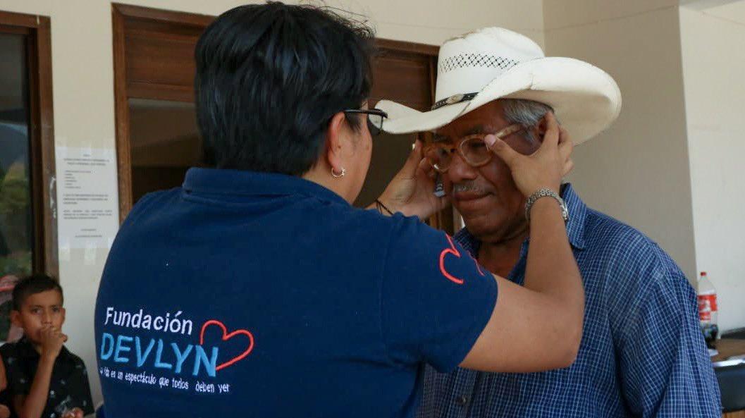 La ruta #VerAOaxacaConAmor de la SEPIA y @Opticas_Devlyn visita el municipio de Nejapa de Madero de la Sierra Sur de #Oaxaca; que acerca de forma gratuita servicios oftálmicos a su población en favor de su salud visual.  @alejandromurat @DevlynFundacion
