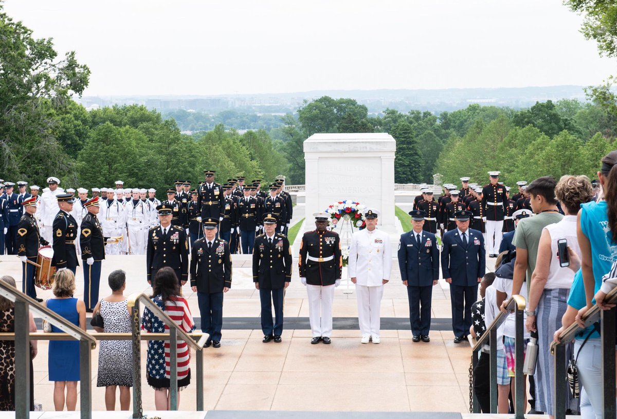 On this #ArmedForcesDay, we give thanks for all who have worn the cloth of our nation and pledged their lives in its defense. 🇺🇸  Earlier today @SEAC_Troxell, @18thSMMC and @15thSMA participated in a wreath laying at the Tomb of the Unknown Soldier @ArlingtonNatl. #HonorThem