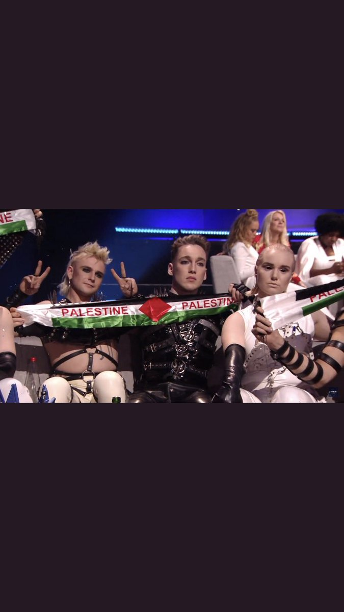 Hahahah 3 gay people showing signs for a country that would kill them congratulations idiots #Iceland #Israel #TelAviv #Eurovision<br>http://pic.twitter.com/mJnj6AYnw6