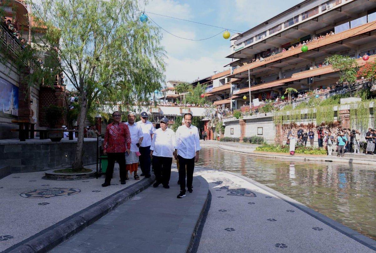 Berjalan di pinggir Tukad (sungai) Badung di Denpasar Barat, menikmati keindahan sungai yang mengalir berkelok-kelok dan membelah dua pasar tradisional, Pasar Badung dan Pasar Kumbasari.  Bantaran Tukad Badung telah ditata, dihiasi lampu-lampu, tempat duduk, dan fasilitas lain.