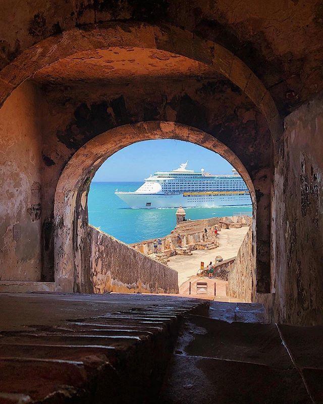 En el momento y lugar correcto 🤩 Foto perfecta🙌❤️ 📍 El Morro, Old San Juan : 📷 @lostvillorgatrips
