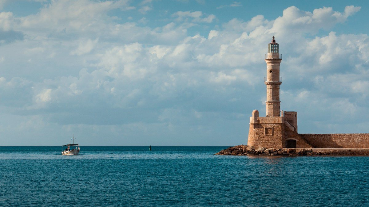 A lighthouse, marking the entrance of a port Photo shot by Lukas Bieri #ocean<br>http://pic.twitter.com/aY6aZguSNH