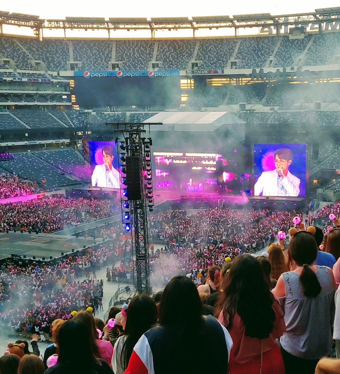 I had problems getting pics once it got dark. The lights just washed out the screens and everything. But I love this one I got off Jhope @BTS_twt #BTSatMetlife<br>http://pic.twitter.com/uAkUMcliLv