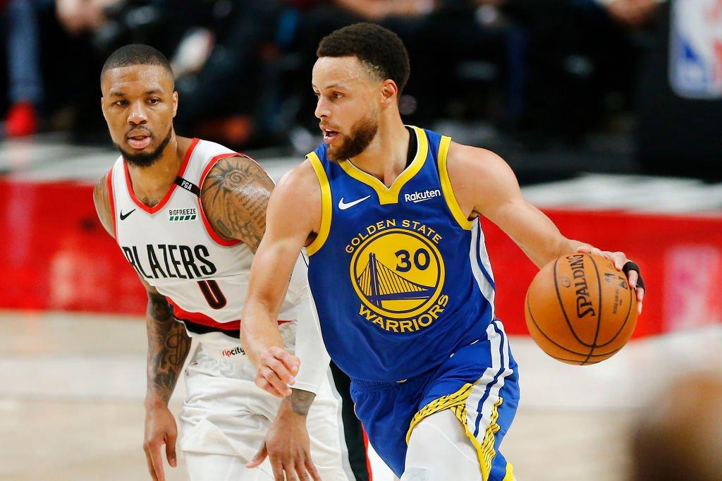 Sin Kevin Durant (lesionado), los Warriors, tras estar 18 puntos abajo, se impusieron 110-99 a los Trail Blazers en Portland y poner un pie dentro de las finales de la #NBAxESPN. Stephen Curry (36 ptos) y Draymond Green (20pts-13reb-12asi) lideraron el triunfo visitante.