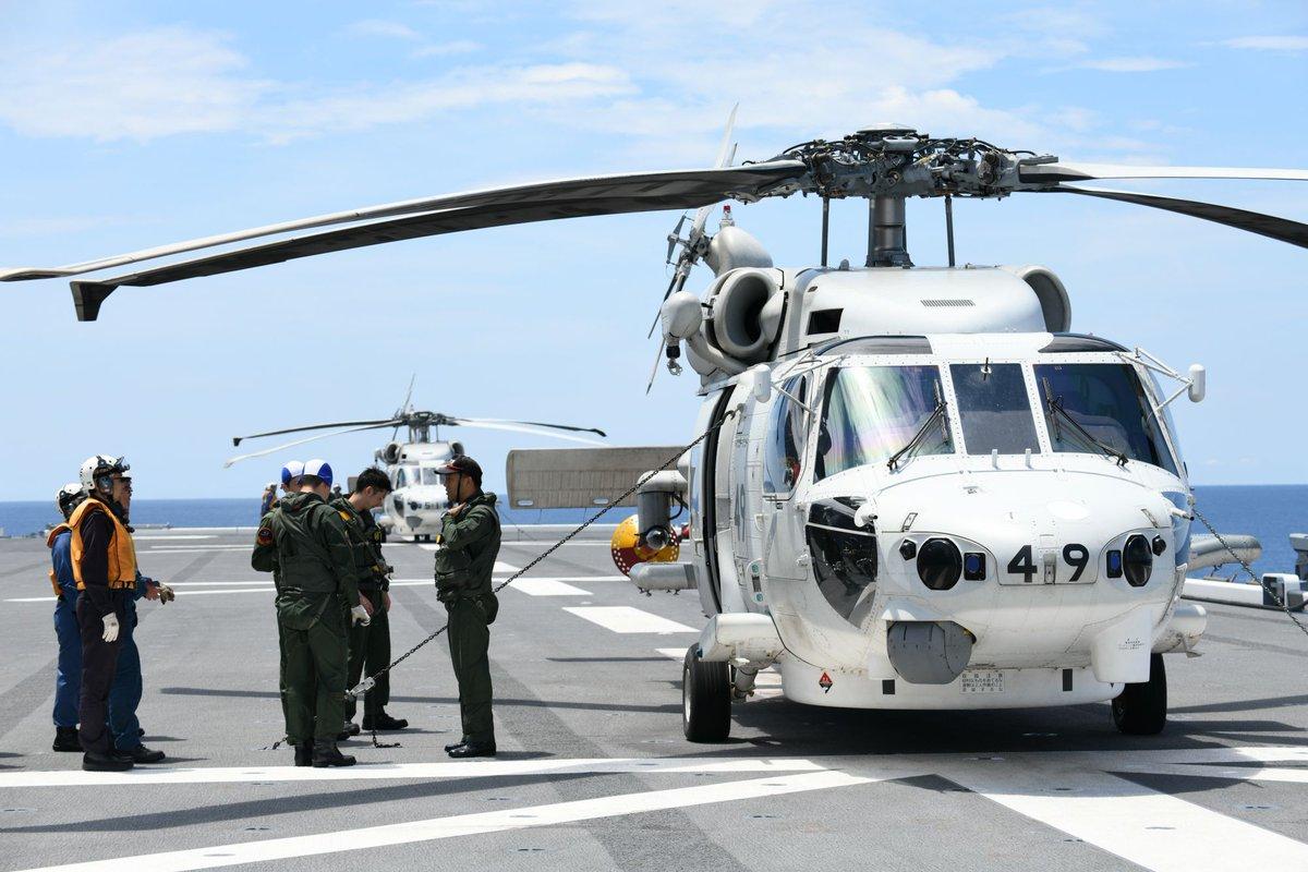 【平成31年度インド太平洋方面派遣訓練(IPD19)】5月18日、IPD19は各種訓練を実施しつつ、部隊及び乗員の技量の向上に努めました。「いずも」及び「むらさめ」にはヘリコプターが搭載しており、飛行任務のため、搭乗員、整備員及び航空管制員など様々な職種の隊員が昼夜を問わず、訓練しています。
