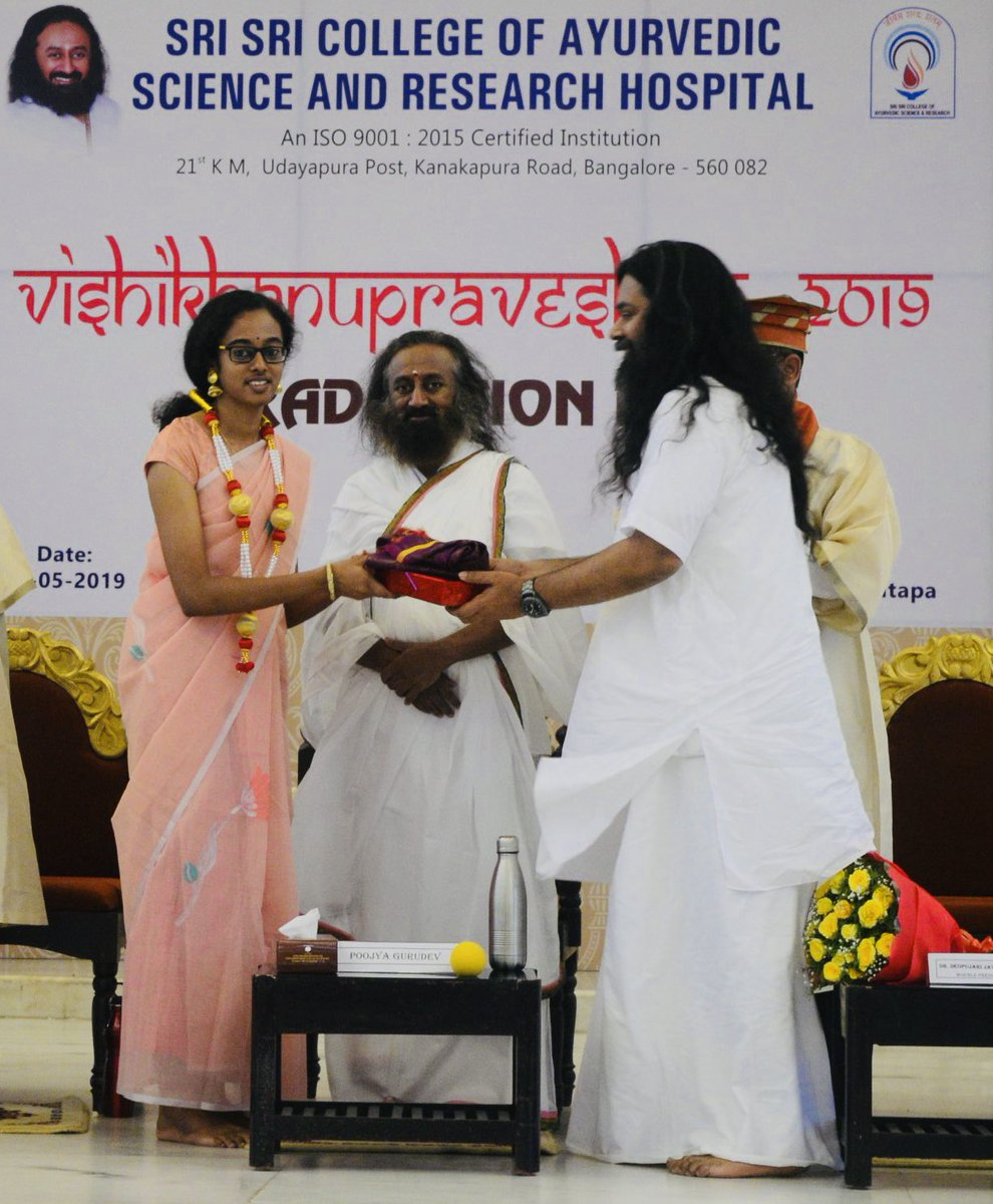 Humbled by the gesture of Gurudev @SriSri Ji in making me present award to Anjanakshi M.S. of Sri Sri College of Ayurvedic Science & Research (@SSCASRHOfficial). She had also received 2nd prize at the National Youth Parliament Festival 2019 Awards from PM Shri @narendramodi Ji