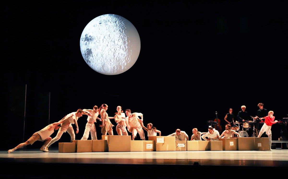 toitoitweet > dansers VIER VERHALEN EN EEN DAG > shine in @SchouwburgNMGN #Nijmegen > introdans.nl/vier-verhalen-… @spinvis