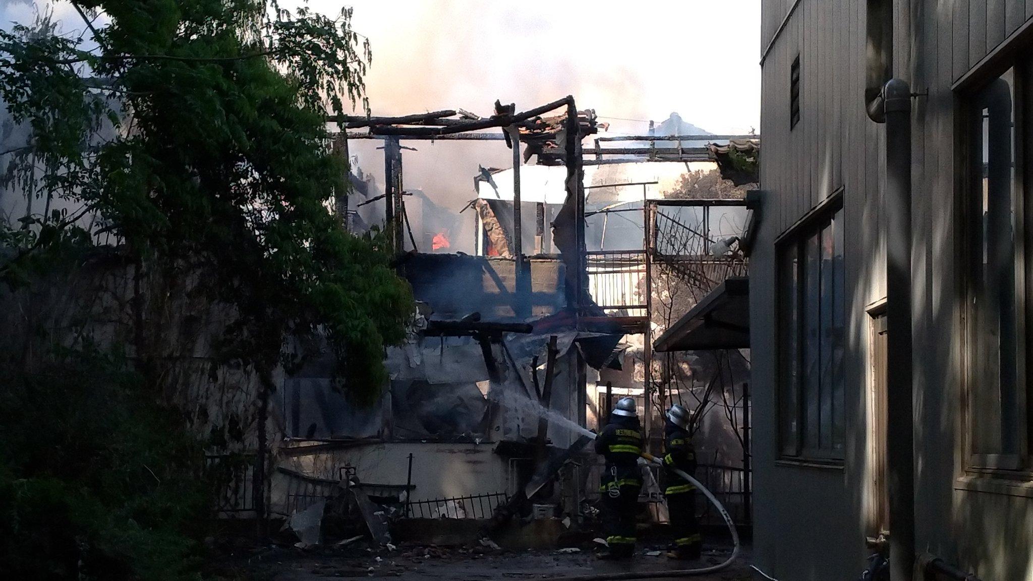 画像,近所の火事凄っかた2件ぐらい燃えた感あるね。けが人居ないことを願う https://t.co/d05wUi64qT。