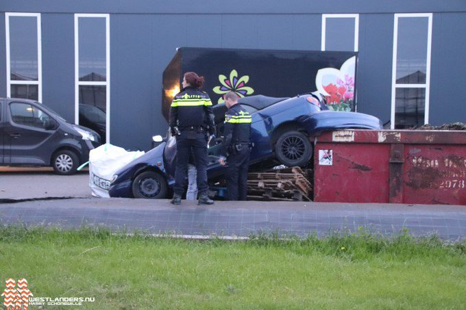 Auto total loss na schuiver Molenbroeklaan https://t.co/rC6JSdiwkg https://t.co/VPFVjXkpCQ