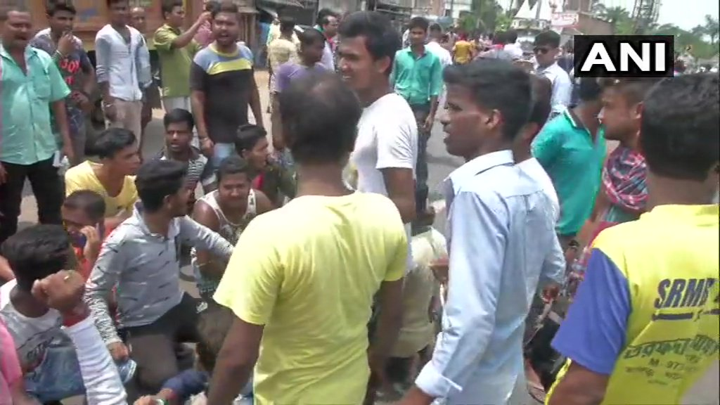 Voters hold protest outside polling station number 189 in Basirhat since TMC workers are not allowing them to cast their vote. BJP MP candidate from Basirhat, Sayantan Basu says, 100 people were stopped from voting. #SaveBengalSaveDemocracy #JeetegaToModiHi #Phase7