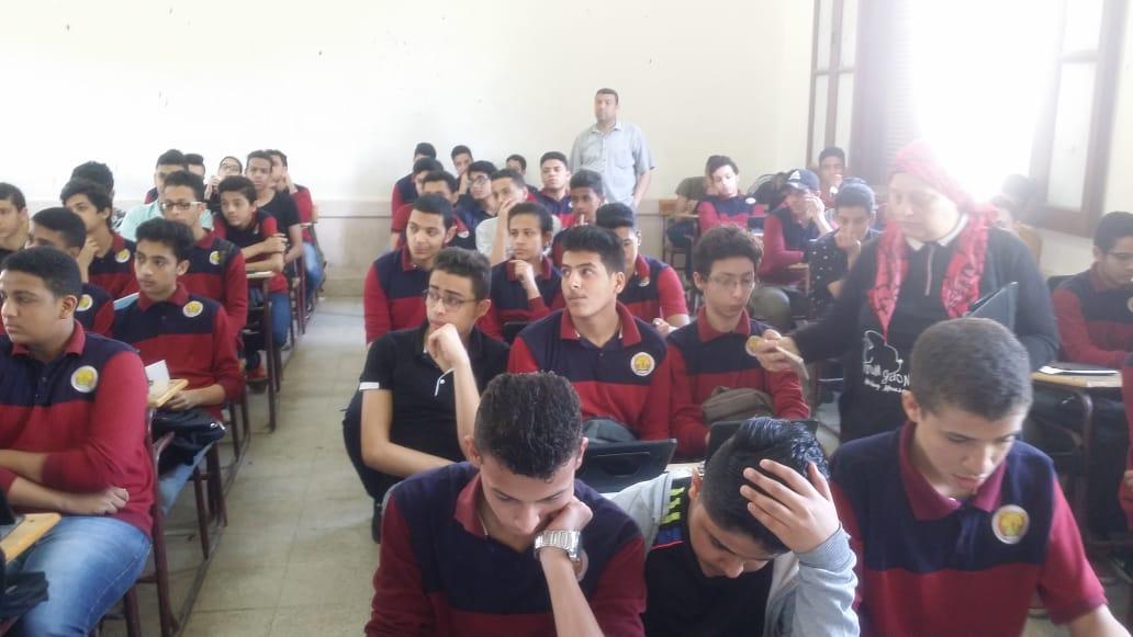 #اليوم_السابع   صور.. طلاب أولى ثانوى يؤدون امتحان العربى إلكترونيا على التابلتhttp://www.youm7.com/4247276