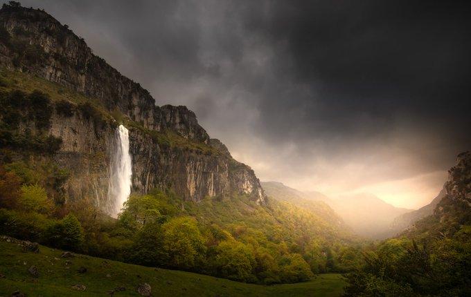El nacimiento del Río Asón (Cantabria) con su caudalosa cascada ayer sábado, tras varios días con intensas lluvias.