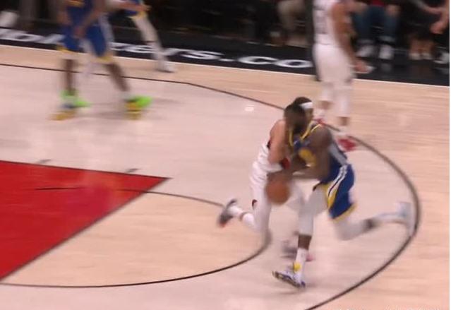 【影片】賽場上就是如此殘酷!小Curry被追夢綠撞飛,哥哥第一時間作出這樣的舉動!-籃球圈