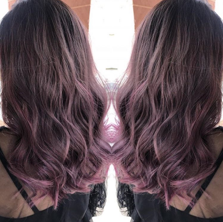 最近ずっと暗髪推しで、全体を暗いピンクパープルで染めてたけど、転職して髪色自由になったから、ライブに向けて髪ピンクにしようかと迷ってる???