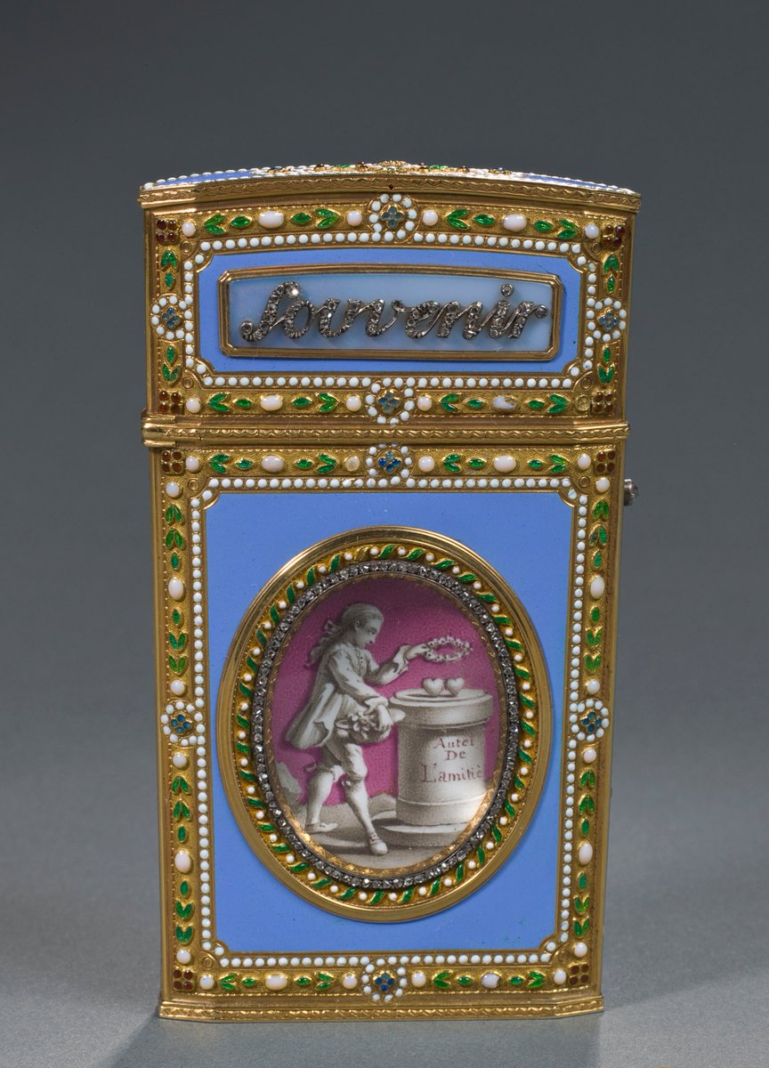 #MuseumWeek #FriendsMW  This little 'dance card' in gold & enamel contains an ivory tablet. Its owner used it to write down the names of the men who asked her to dance. In the 18th cent., these 'love gifts' often had the inscription 'Souvenir d'amitié' (Reminder of friendship).