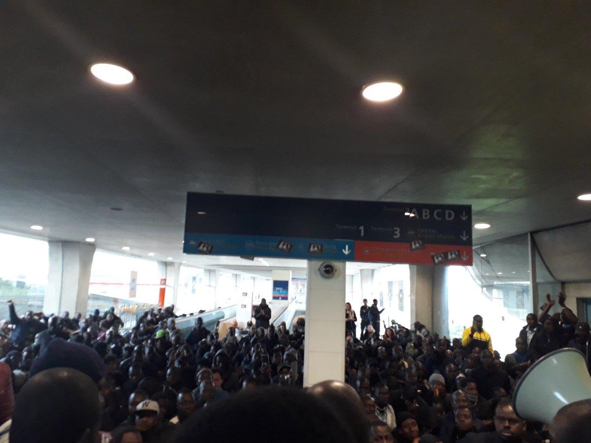 Черные жилеты захватили терминал аэропорта Шарль де Голль