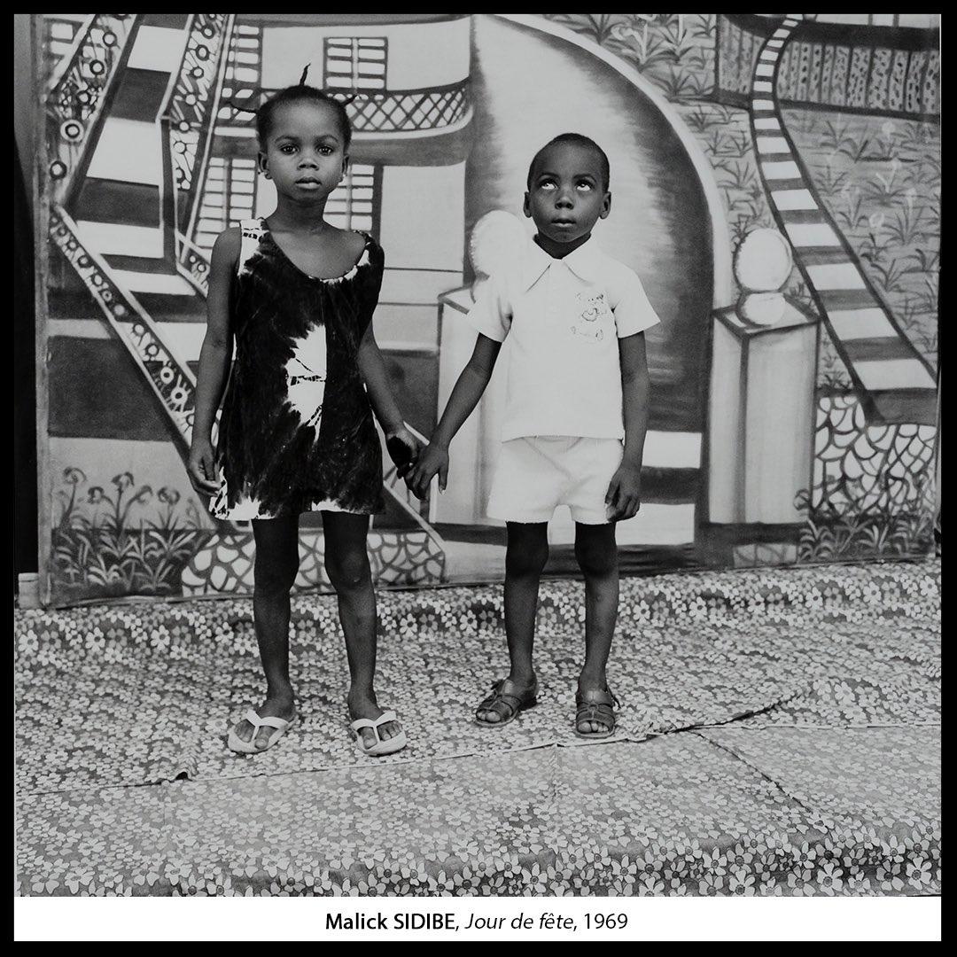 C'est «jour de fête» ! #FriendsMW #MuseumWeek Entre amis, une photo dans le #studio de #MalickSidibé pour immortaliser le moment. #Bamako #photostudio #FondationZinsou