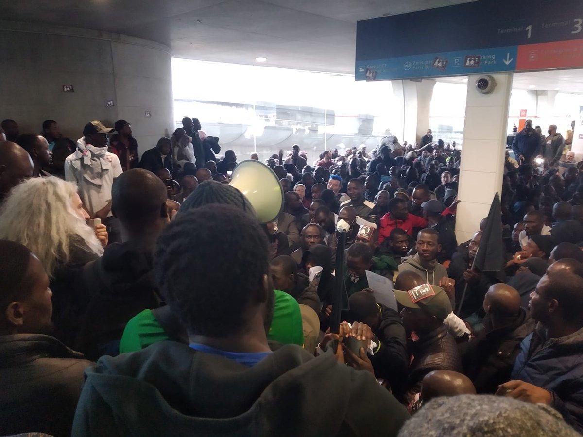 """""""Черные жилеты"""" захватили терминал аэропорта """"Шарль де Голль"""""""