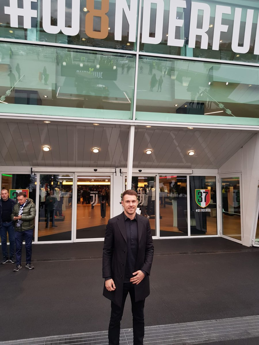 🇮🇹 @aaronramsey made a surprise visit to new side @juventusfc today.. 😢 Not a great sight for Arsenal fans though 📸 @juventusfc