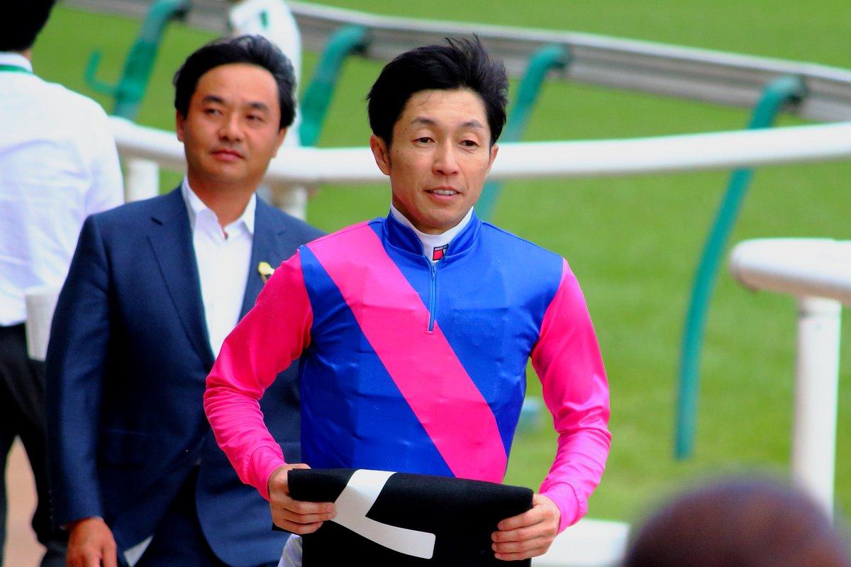2019.5.19 東京9R メイショウサチシオで3勝目を挙げた武豊騎手 表彰式から戻るときに知り合いを見つけたのかびっくりした顔をした後とびきりの笑顔で引き上げていきました