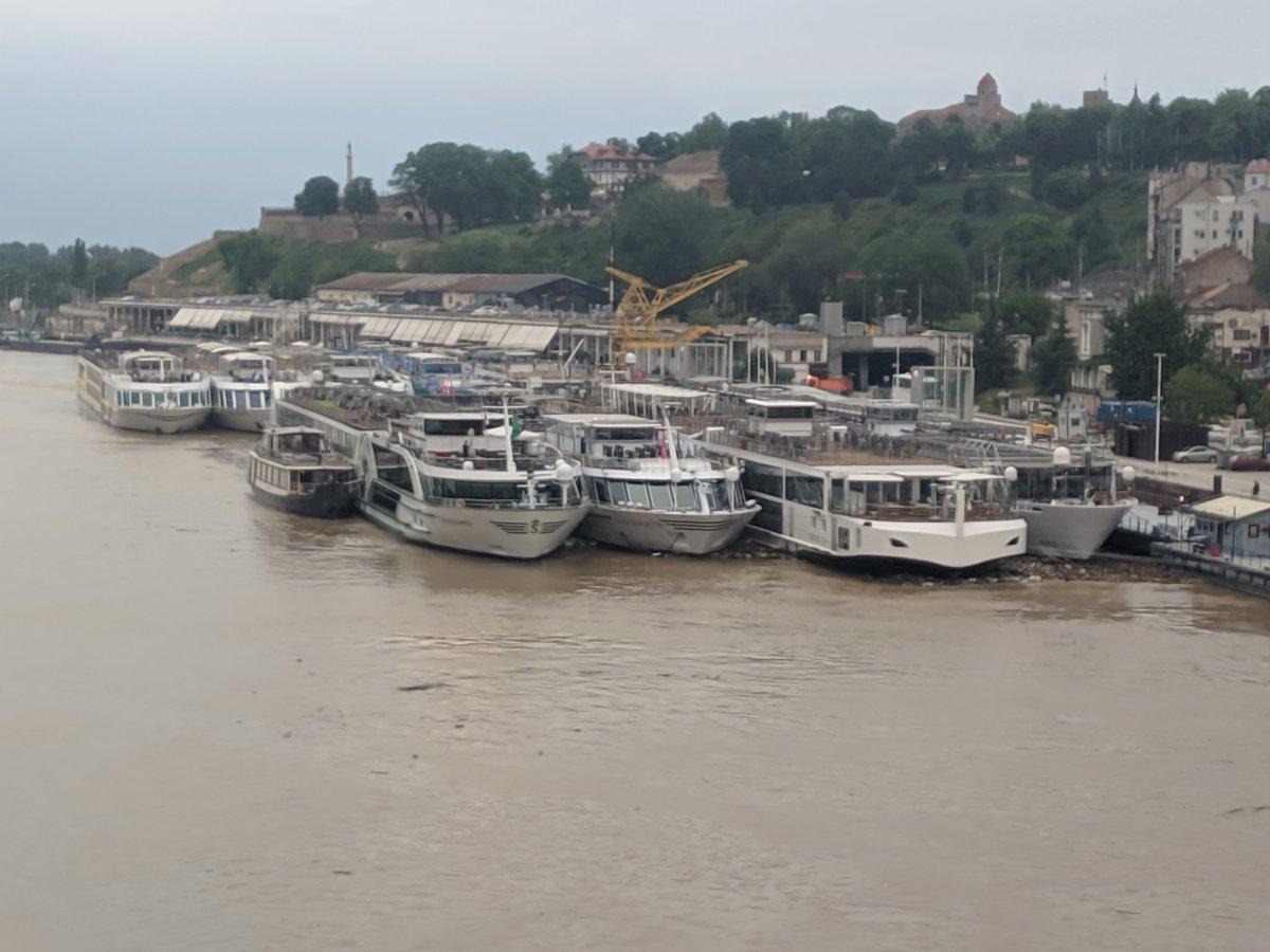 Баш је добар овај ривер круз туризам. 9 бродова у Београду тренутно. Надам се да нису заборавили доплате за рум вит а вју.