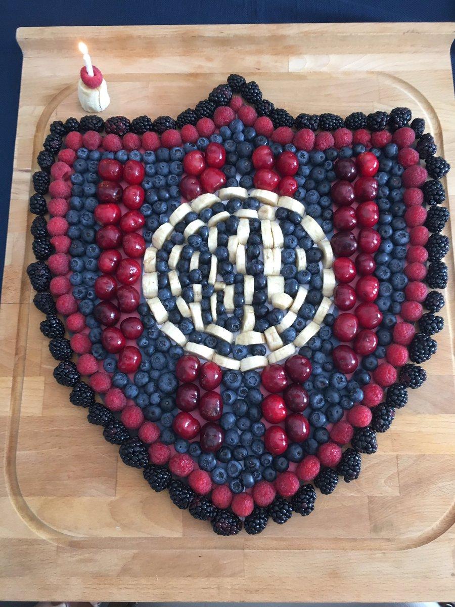 Hoy es mi cumpleaños y mi familia me sorprendio con semejante escudo hecho de cerezas, arandanos, frambuesas, berries y el centro blanco son pedacitos de banana! Esta increible!!!