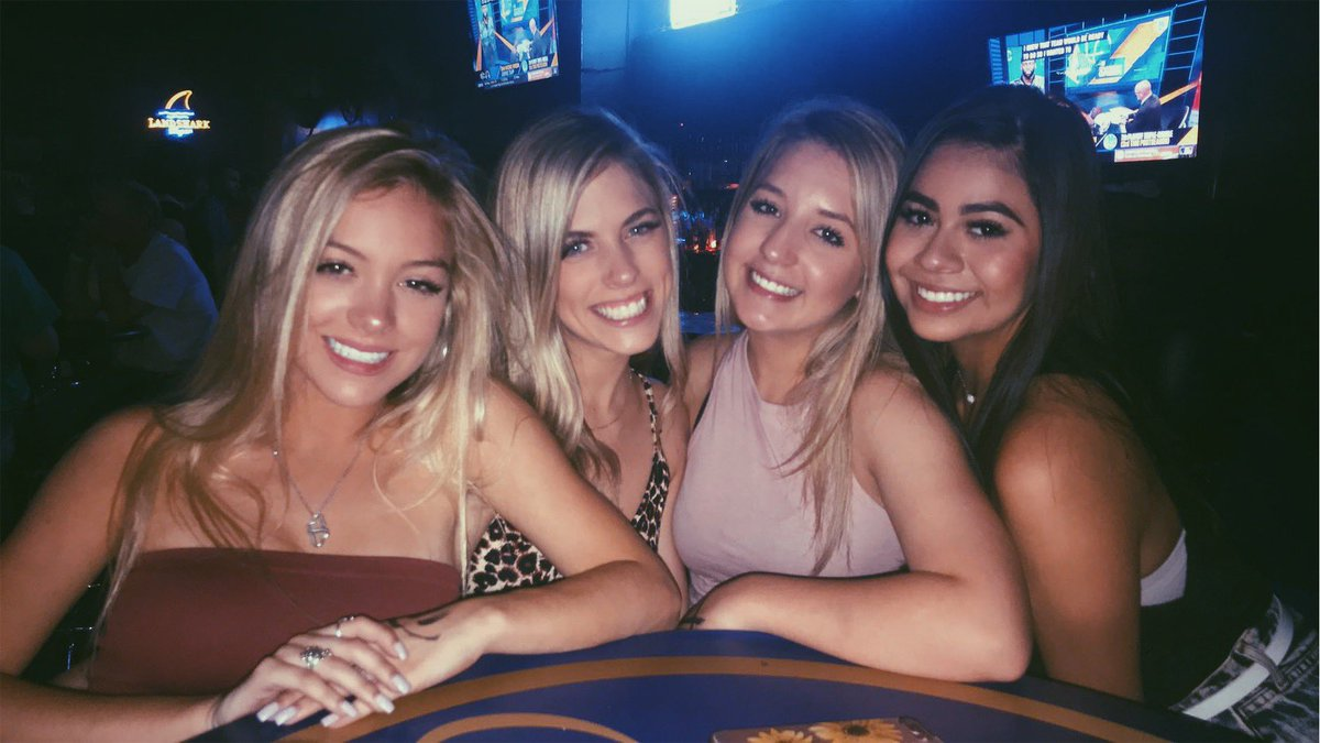 3 blondes & @LizzieCasas14 walk into a bar