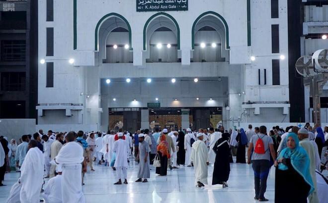 الدفاع المدني ينبُه: التجمع عند أبواب المسجد الحرام يعيق حركة المصلين ويُسبب خطورة على سلامة الجميع.