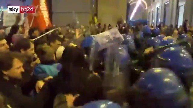 Cariche della polizia contro i manifestanti anti #Salvini a #Firenze. Le immagini ⬇️