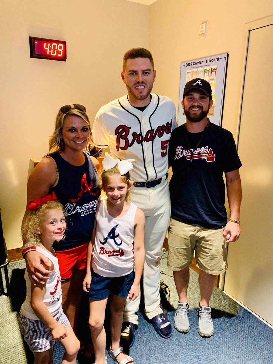 Freddie Freeman took care of Josh, the fan who quickly returned his 200th Home Run ball. Josh was thankful to be a part of history. Well done!!! @Braves