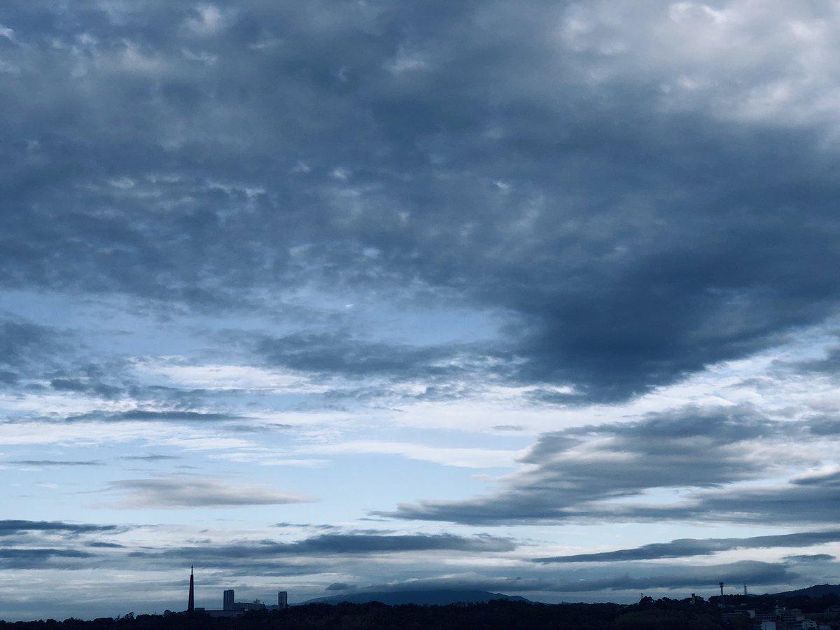 おはよう♪曇り空だけどあちらこちらの雲が面白い♪派遣さんが困ってアタフタしていたのでついつい残業してしまった…帰る〜