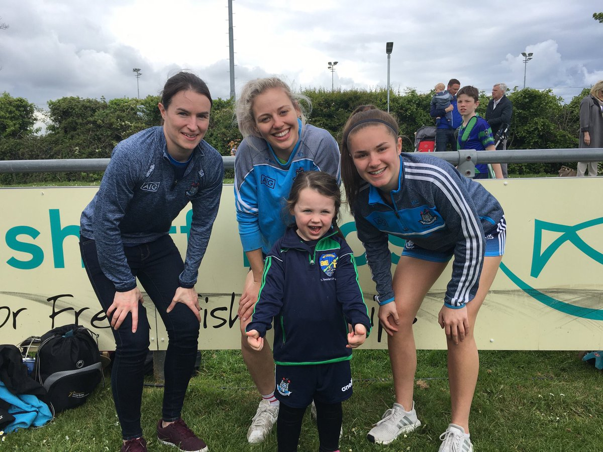 Great pic from today's @OfficialSylsGAA annual Mini All-Irelands Finals Day at Broomfield. A young Syls player with Dubs @sinead_aherne @hashtagnicoleo & Kate Sullivan #CantSeeCantBe