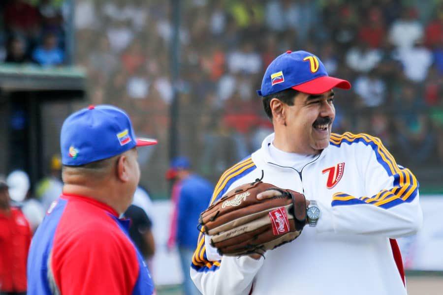 DOMINGO DE HACER DEPORTE ⚾️🔥 Junto al pdte @NicolasMaduro disfrutamos de una Caimanera de Sóftbol, desde el estadio Hugo Chávez en Fuerte Tiuna. Seguimos promoviendo el deporte como herramienta para la unión, el encuentro y la paz ✌🏻 #DíalogoPolíticaYPaz
