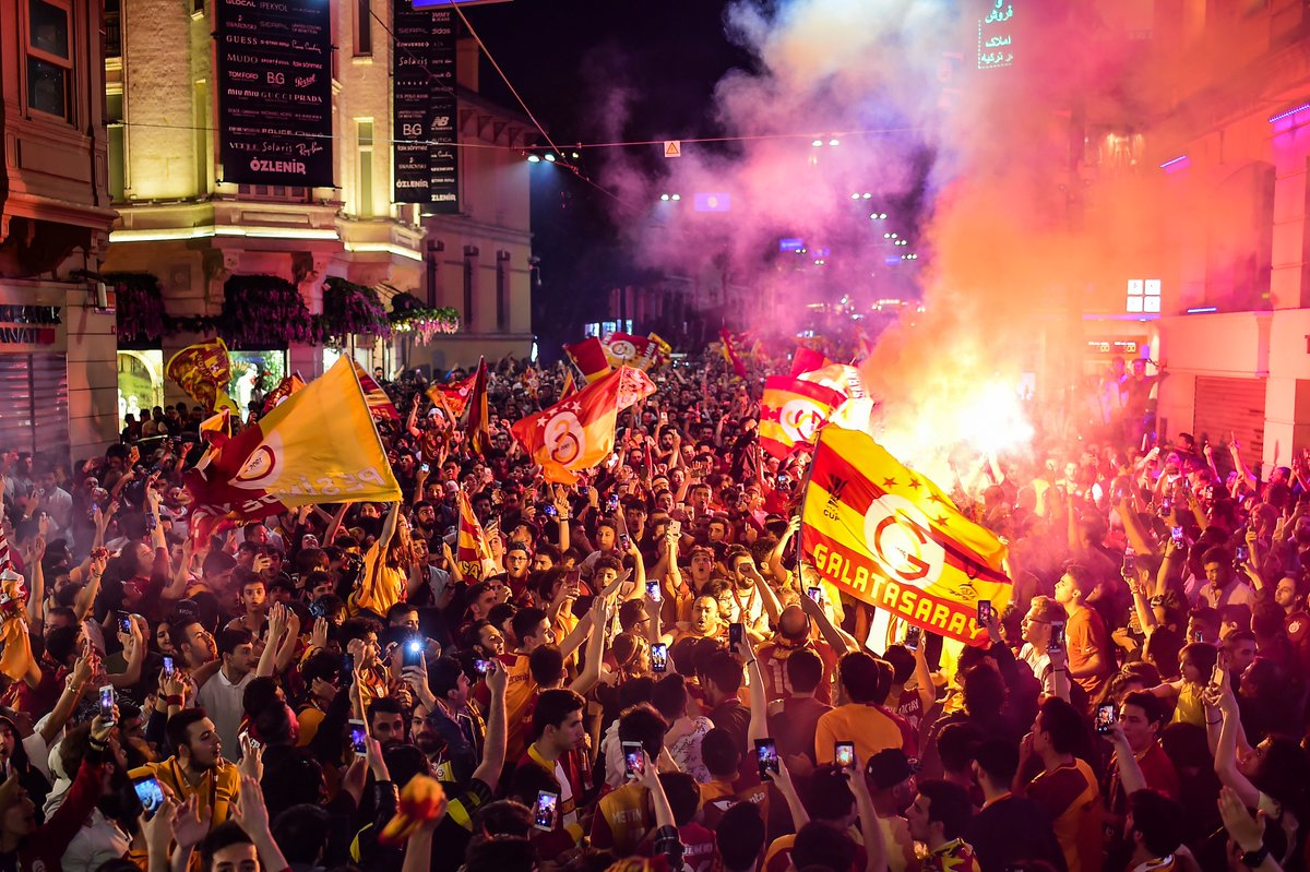 Galatasaray fans have painted Istanbul yellow and red after securing the Turkish title today ❤️💛🔥