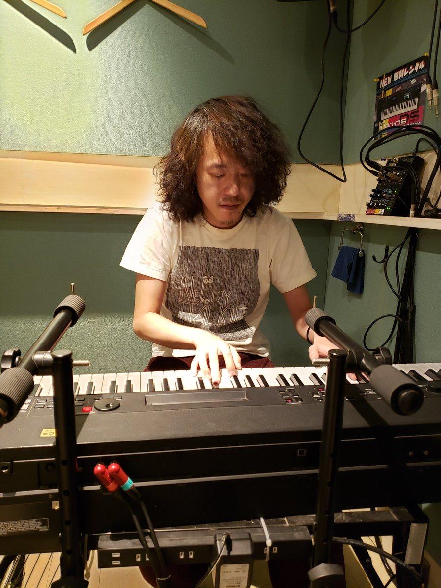 おうちで作曲作業できない人に付き合ってスタジオ中。 言われるまで分からなかったけどじみにネクライトーキーTシャツ。