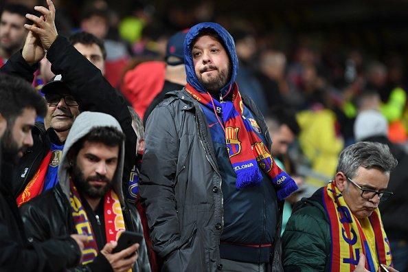 Aficionados del Barça, cabizbajos en Anfield.