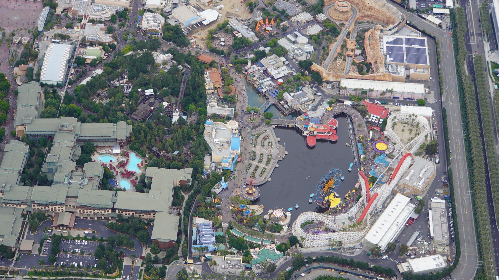 Disneyland Resort vu du ciel, des images sublimes! D6BKDC4UYAAq3Fu