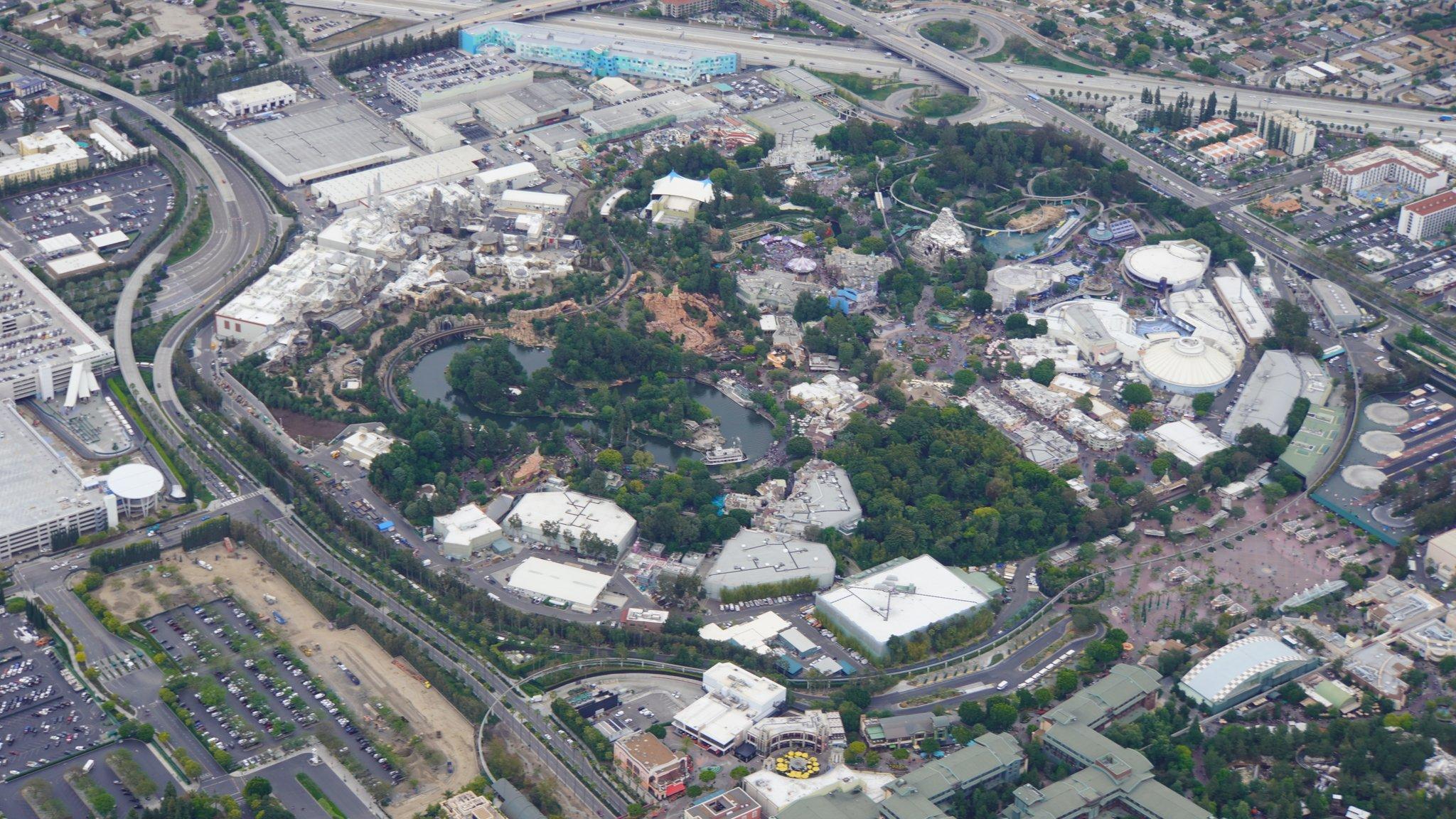 Disneyland Resort vu du ciel, des images sublimes! D6BLdeYUwAAyL-M