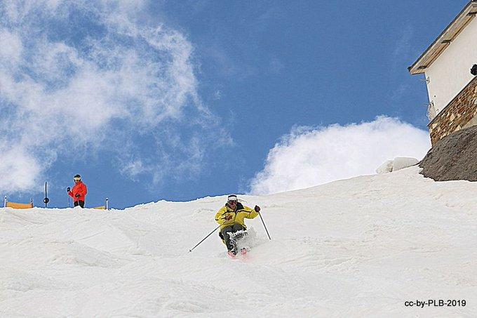 Como todos los cierres de temporada, #SierraNevada se llena de foreros de todas partes que vienen buscando la nieve primavera buena (aunque a veces se resista), las tapitas, la costa, las cruces de Granada... 👉https://t.co/EHFqdNAwZD