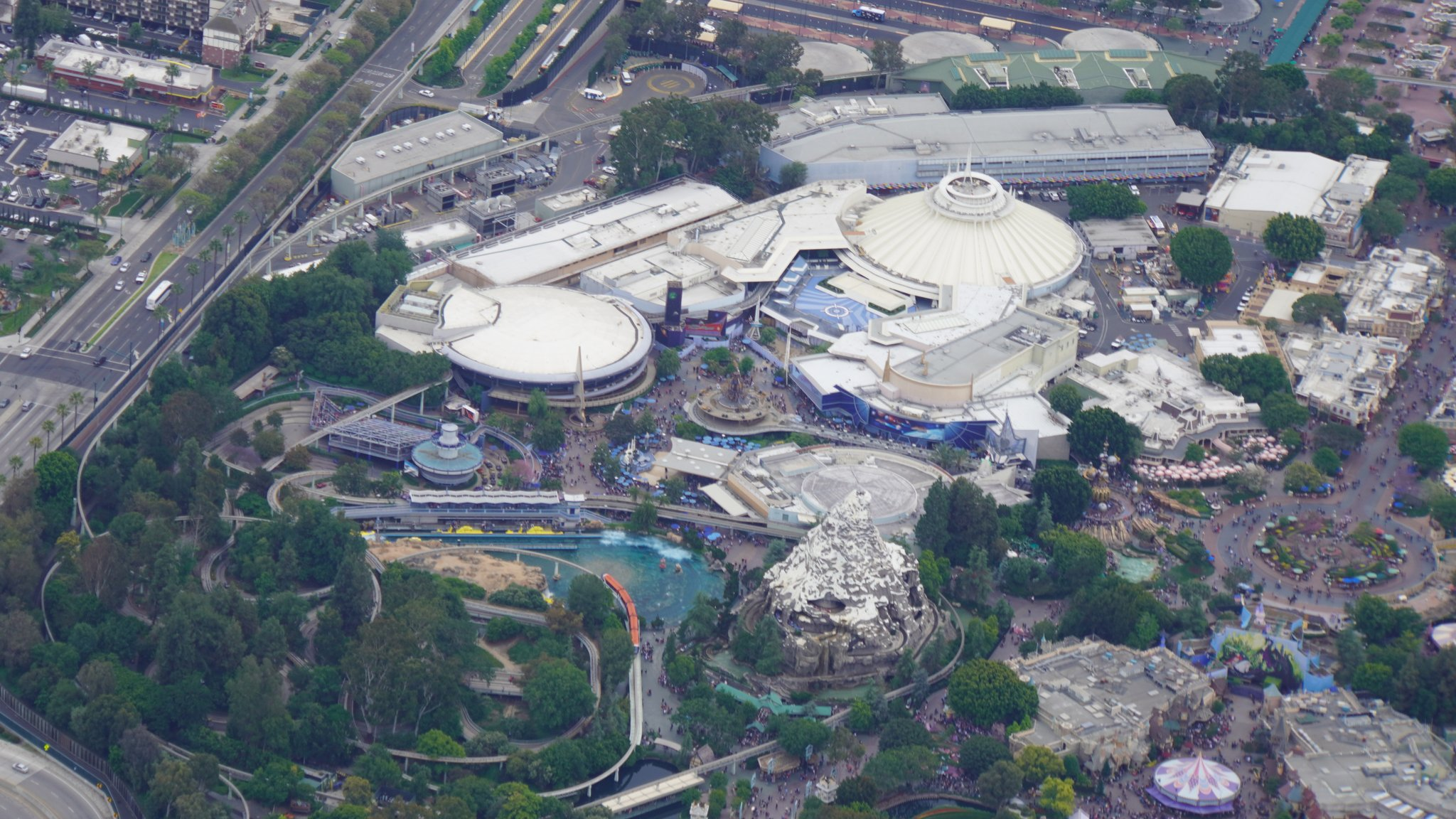 Disneyland Resort vu du ciel, des images sublimes! D6CL044UEAAm1o2
