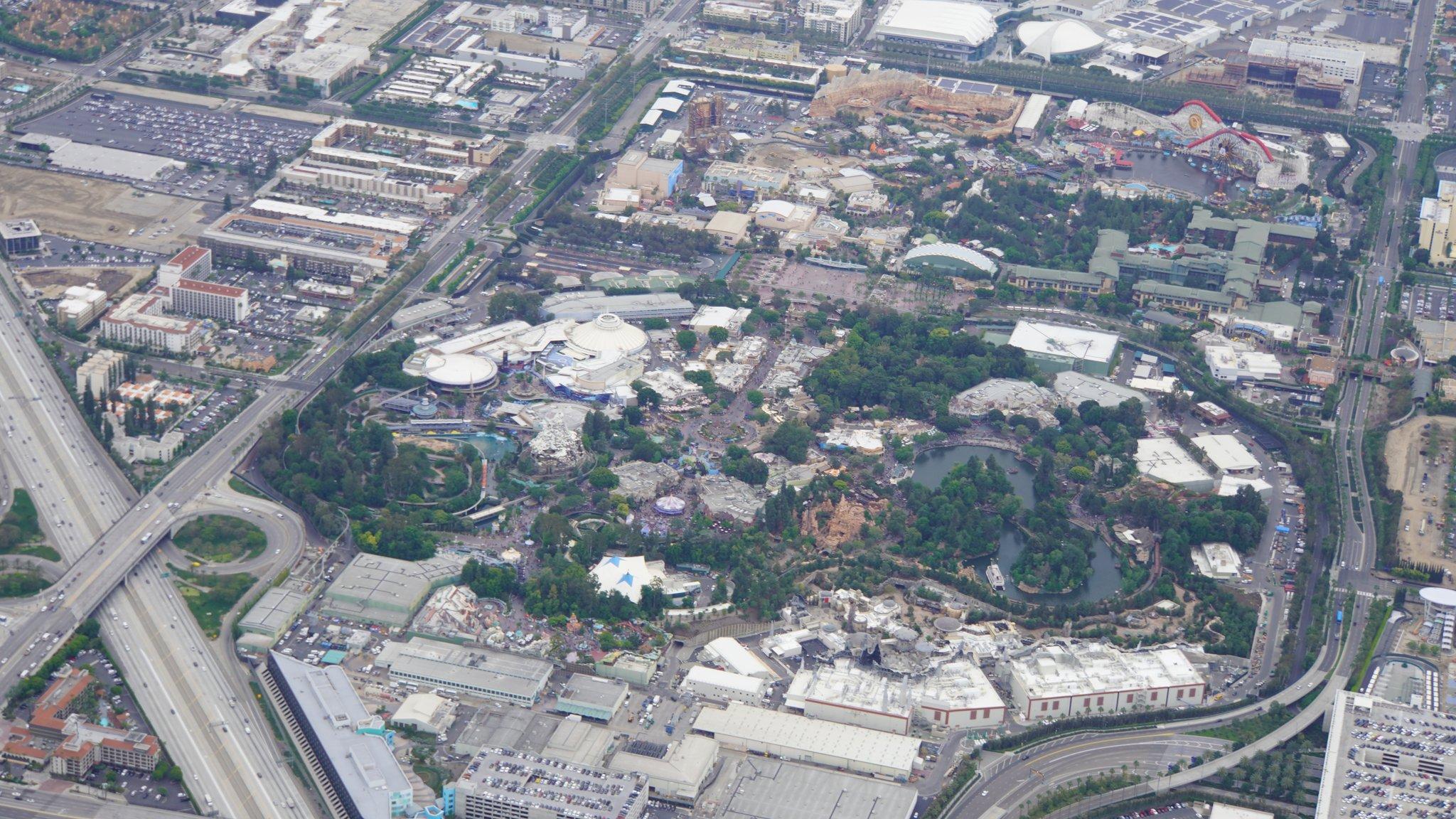 Disneyland Resort vu du ciel, des images sublimes! D6CLO8dVUAAEMzw