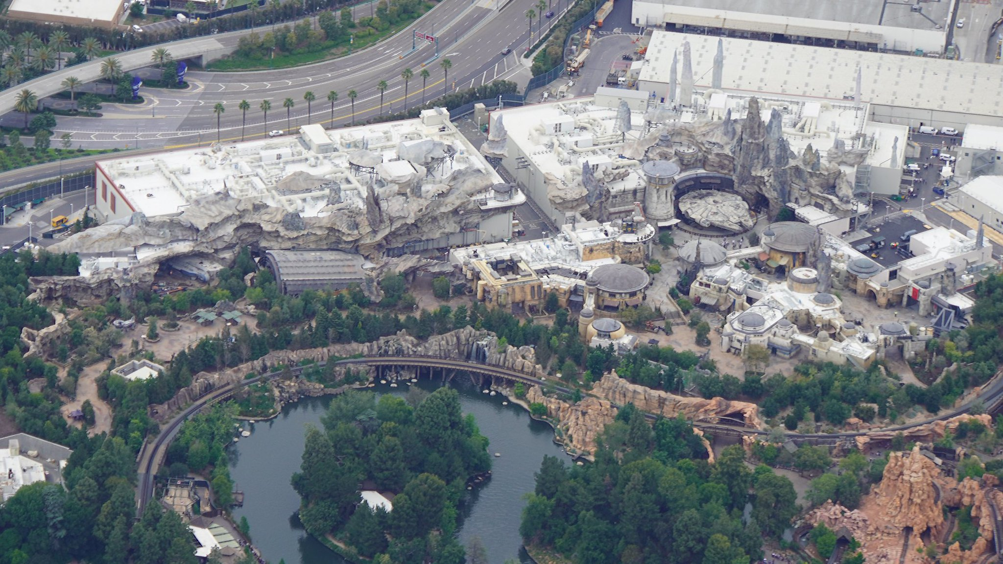 Disneyland Resort vu du ciel, des images sublimes! D6CdDUPUYAApEcF